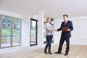 Immobilienmakler und Käuferin